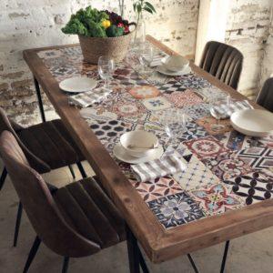 Mesa de comedor con azulejos estilo industrial